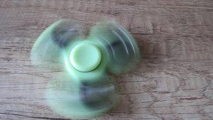 Fidget-spinner-Celý-svítící-ve-tmě-fosforový-2-Aliexpress-300×169