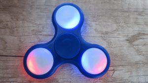 Fidget-spinner-blikající-středy-3-mody-klasický-Aliexpress-300×169