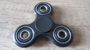 Fidget-spinner-klasický-černý-se-4-ložisky-Aliexpress-300×169